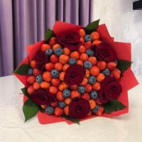 Букет ягодно—цветочный микс