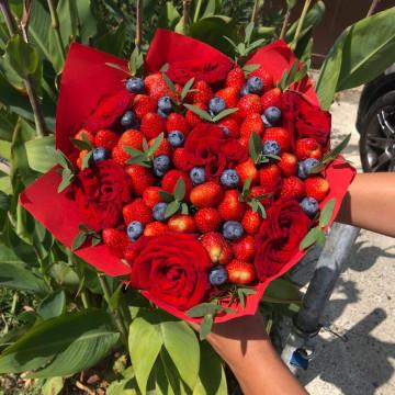 Букет цветочно—ягодный