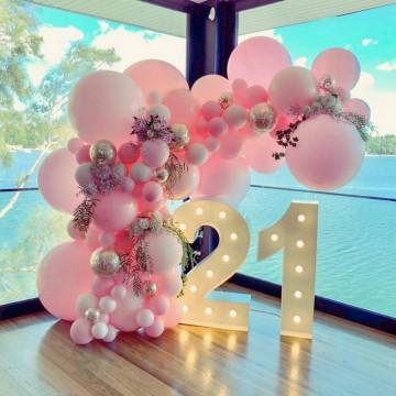 Розовая фотозона с цифрами