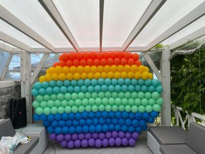 стена из шаров на день рождения в стиле поп-ит pop-it
